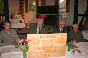 Vorstandstisch des Hegering Boldecker Land. (von links) Michael Siemer (stellvertretender Hegeringleiter), Holger Hansmann (Hegeringleiter), Siegfried Otte (Schatzmeister), Rainer Willgerodt (Schriftführer).