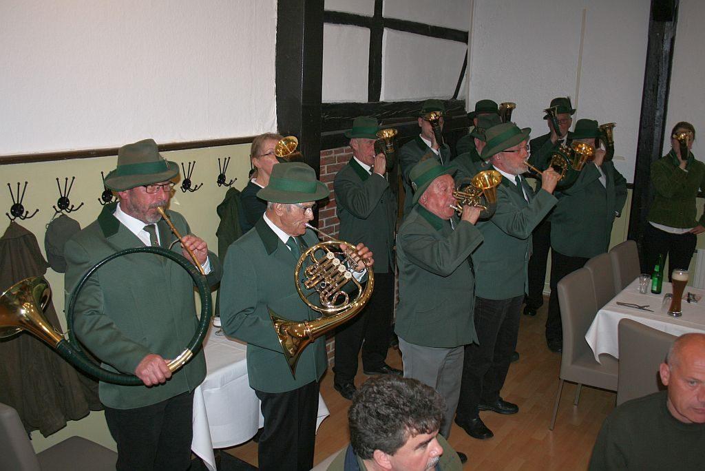 Die Jagdhornbläsergruppe des Hegering Boldecker Land begleiten unter der Leitung von Klaus-Peter Müller die Jahreshauptversammlung mit Jagdhornsignalen.