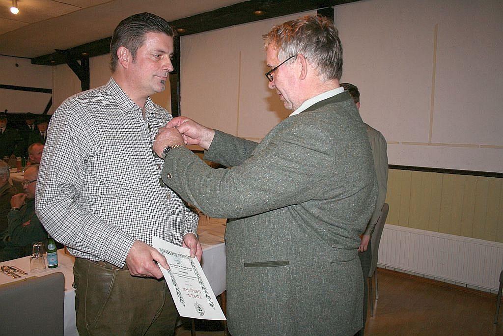 Während der Versammlung wurde Kai Ritter von Hegeringleiter Holger Hansmann geehrt.