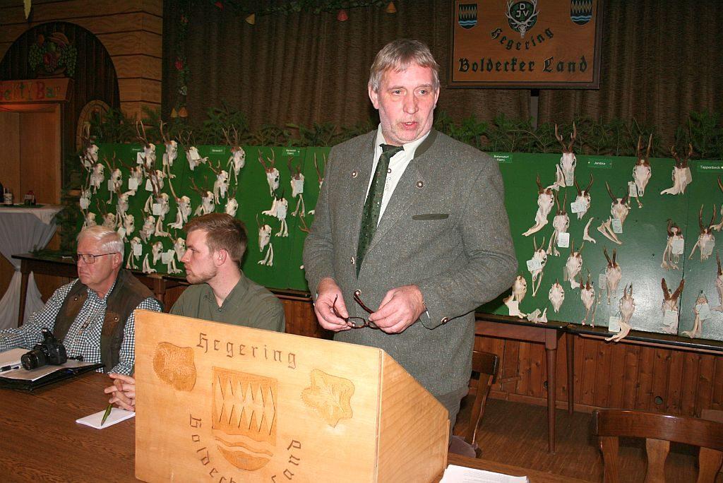 Hegeringleiter Holger Hansmann eröffnet die Hegeschau auf dem Saal in der Gaststätte Heidekrug in Barwedel.