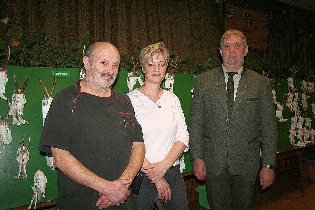 Hegeringleiter Holger Hansmann bedankt sich bei den Wirtsleuten Ulrich und Frauke Krannich für die Gastfreundschaft in den Jahren der Hegeringversammlungen auf ihrem Saal. Die Gaststätte Heidekrug schließt in 2019.