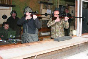 Jäger beim Preis- und Jahresnadelschießen auf dem Schießstand in Westerbeck