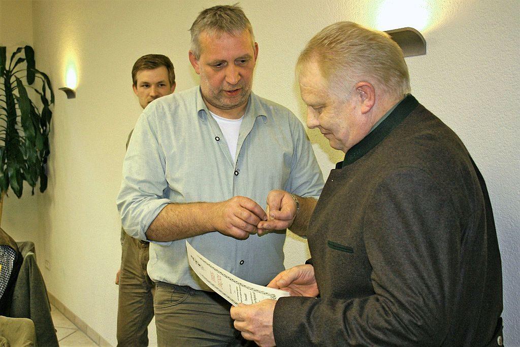 Während der Versammlung wurde Reinhold Loock (Jembke) in Anerkennung langjähriger Zugehörigkeit zur einer jagdlichen Organisation mit der Treuenadel der Landesjägerschaft Niedersachsen für 40-jährige Mitgliedschaft nebst Ehren-Urkunde ausgezeichnet.