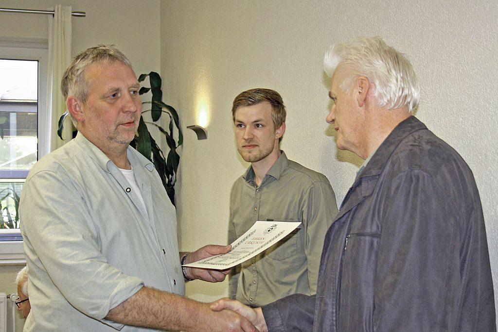 Während der Versammlung wurde Heinrich Berlinecke (Jembke) in Anerkennung langjähriger Zugehörigkeit zur einer jagdlichen Organisation mit der Treuenadel der Landesjägerschaft Niedersachsen für 40-jährige Mitgliedschaft nebst Ehren-Urkunde ausgezeichnet.