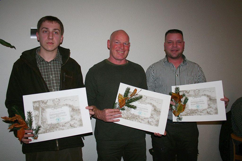 Nach bestandener Jägerprüfung erhielten Jan-Christoph Müller (Osloß), Michael Eickmeyer (Tiddische) und Marc Teichgräber (Weyhausen) ihre Jägerbriefe.
